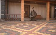 Заднє подвір'я приватного будинку у Рівному викладене бруківкою
