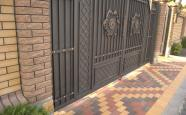 Вхід до приватного двору